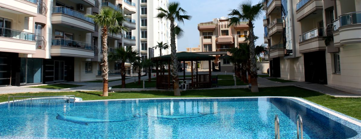 Confira os prós e contras de morar em condomínio com piscina