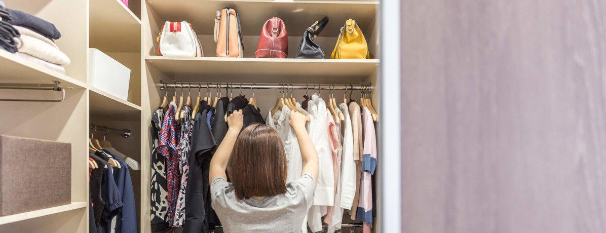 Aproveite o tempo livre e saiba como organizar o guarda-roupa em 8 passos