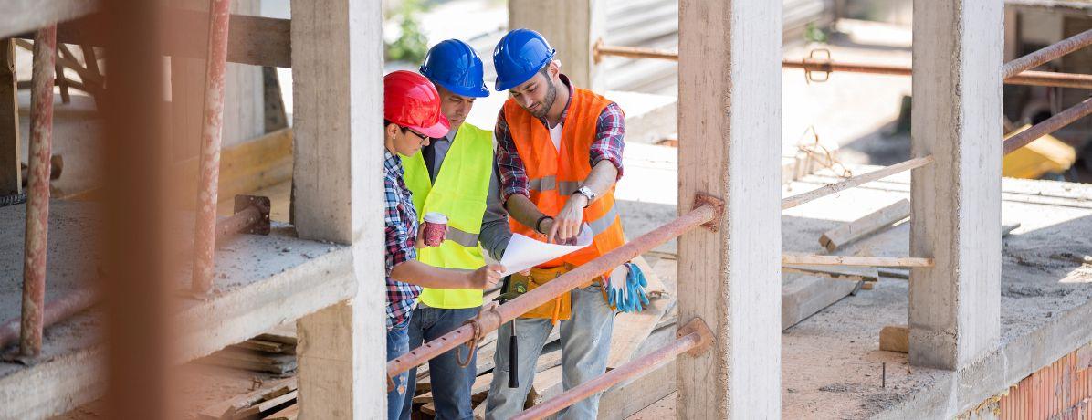 Já pensou em construir com uma construtora? Veja se vale a pena
